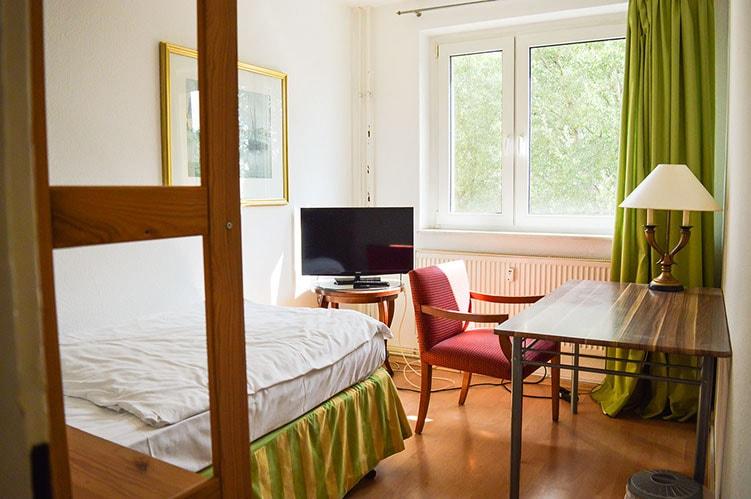 Pension M14 Monteurwohnung mit Bett und Fernseher