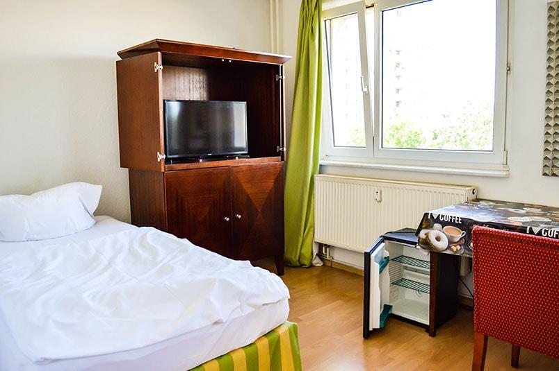 Pension M14 Monteurzimmer mit Bett und Fernsehschrank