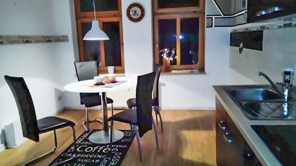 Pension M14 Wohnen auf Zeit Esszimmer mit Esstisch und Stühlen
