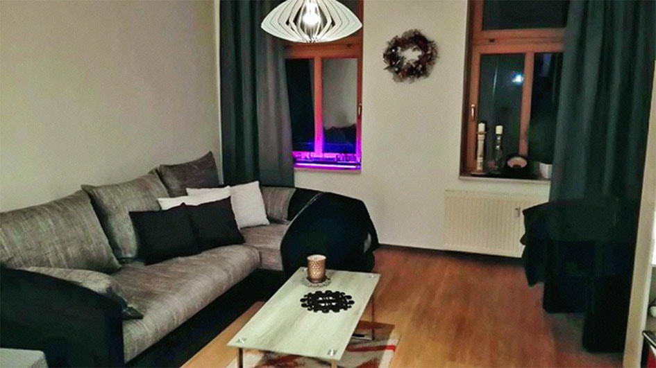 Pension M14 Wohnen auf Zeit Wohnzimmer mit Sofa und Tisch
